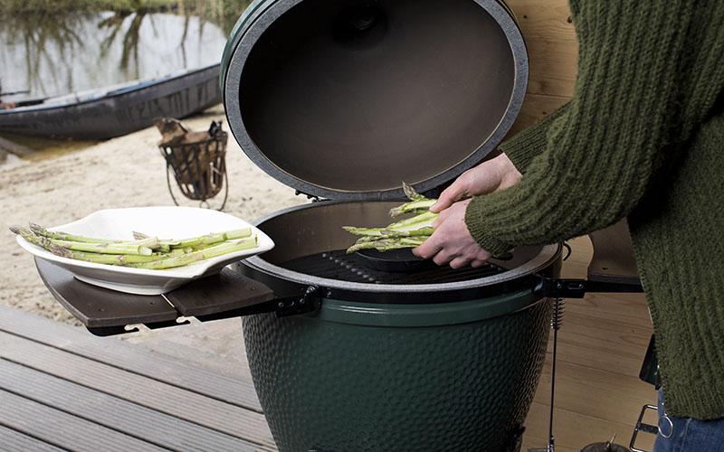Blinis à la ricotta avec des asperges vertes grillées