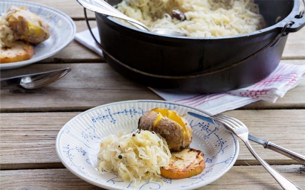 Sauerkraut mit Äpfeln und Backkartoffeln