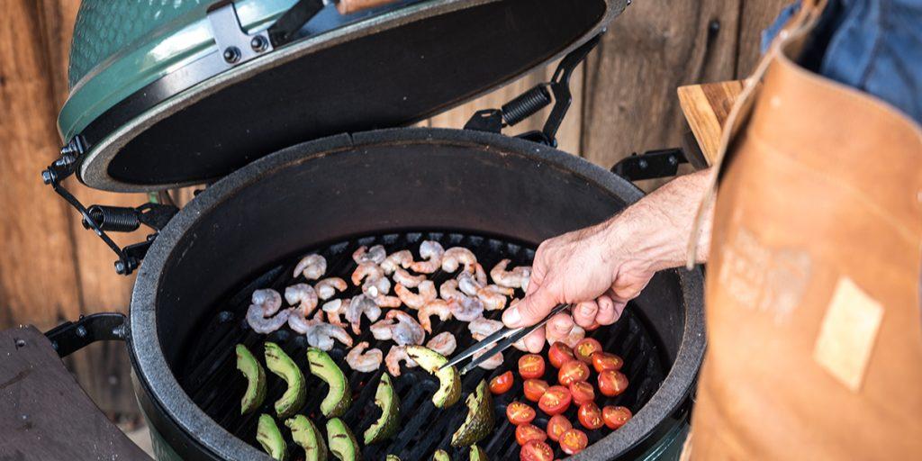 Garnelencocktail aus gegrillten Garnelen mit Avocado, Tomaten und Limettencrème