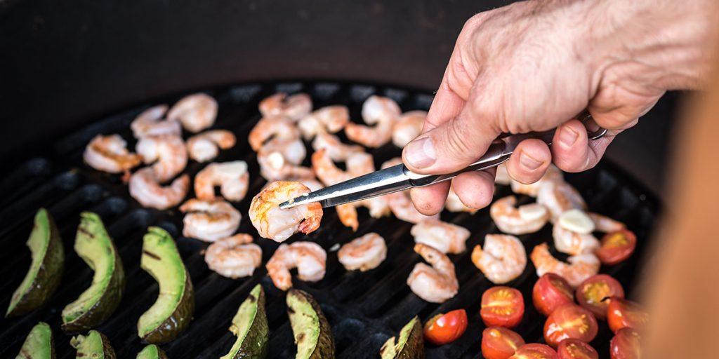 Noix de saint-jacques cuites dans leur coquille, noisettes et endives grillées