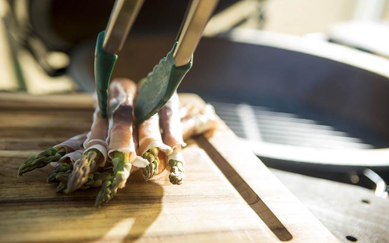 Gegrilde groene asperges met rauwe ham