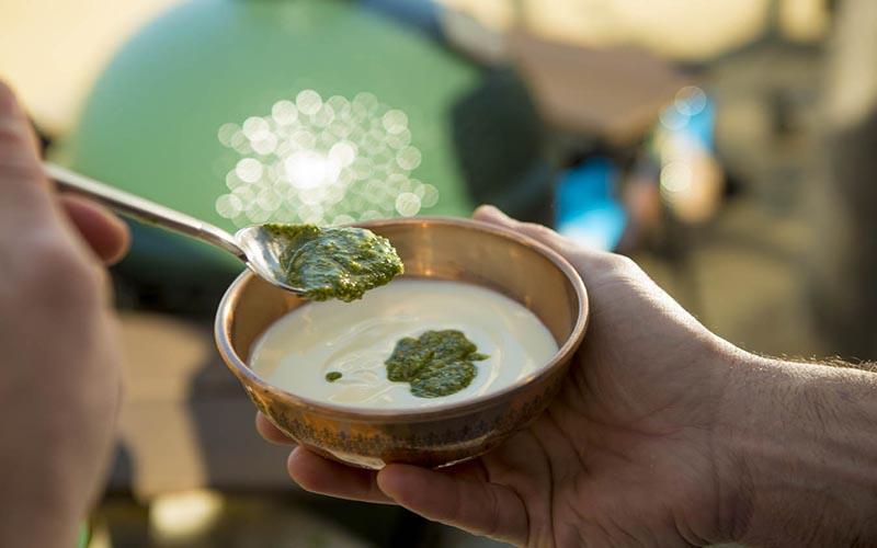 Brochettes de gambas avec pesto à la coriandre et sauce au yaourt