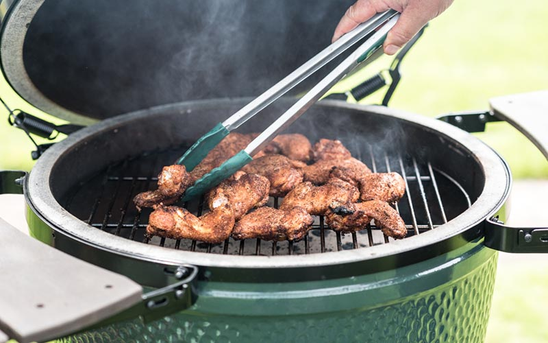 Spiced chicken wings in the big green egg
