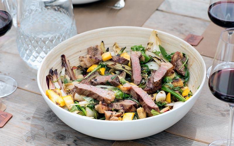 Salade van gegrilde groenten met staartstuk