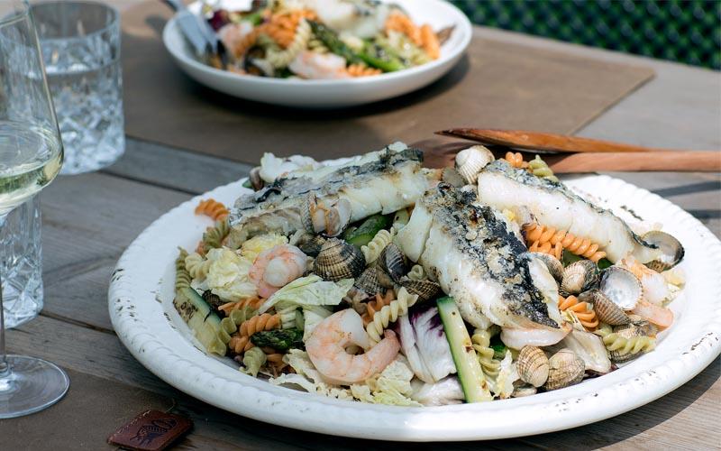 Salade de pâtes avec coques, gambas et aiglefin