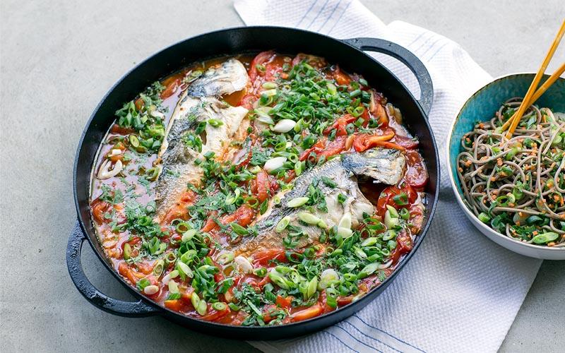 Daurade à la sauce tomate et salade de nouilles