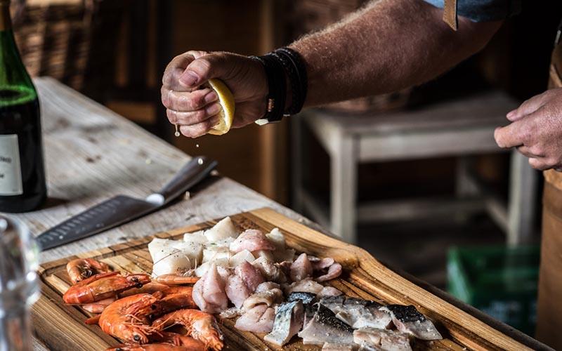 Stifado met gerookte vis