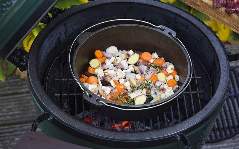 Wildschwein-Schmorbraten mit Kartoffeln im Pancetta-mantel