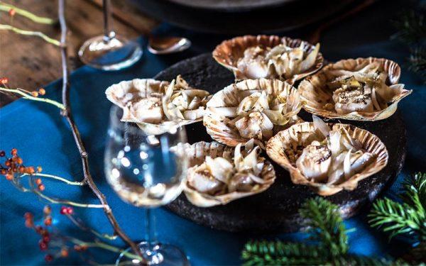 In der Schale gegrillte Jakobsmuscheln mit Haselnüssen und gegrilltem Chicorée