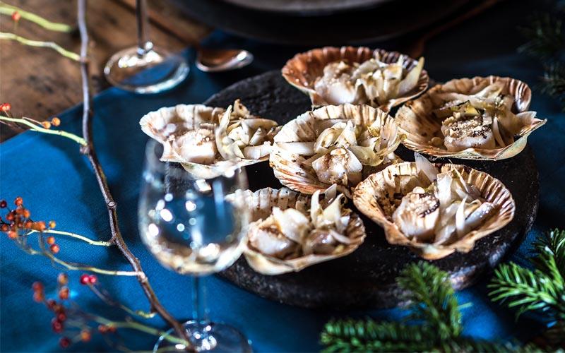 Gegrilde coquille met hazelnoot en witlof