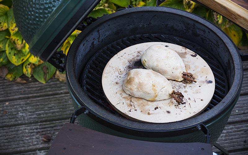Rothuhn mit gegrillten Pastinaken, Steinpilzen und Haselnüssen