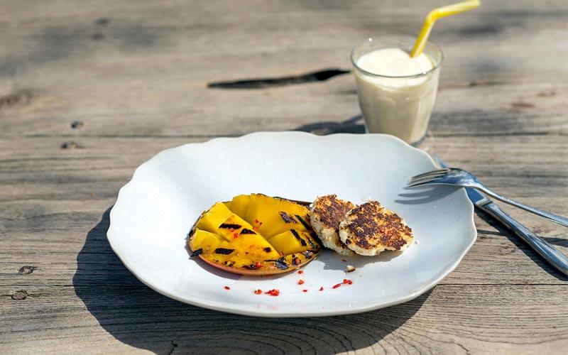 Gegrillte Mango mit ingwer-kokoskeksen und einem mango-smoothie