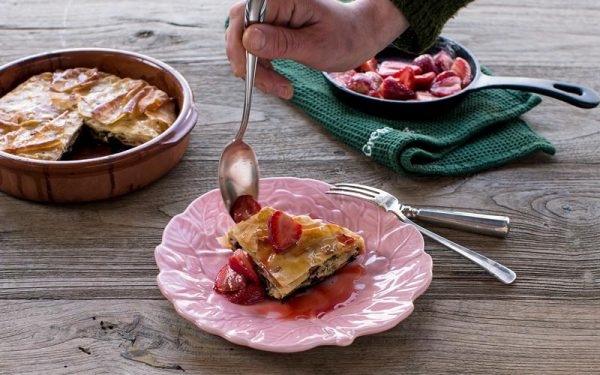 Filo-kuchen mit getrockneten preiselbeeren, kürbiskernen
