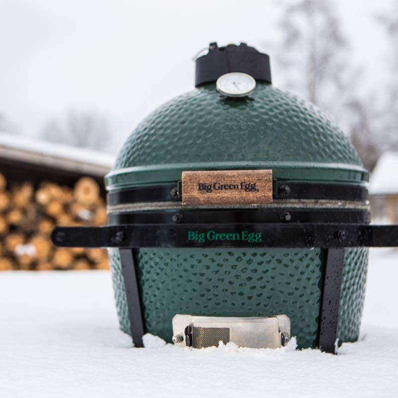 Big Green Egg MiniMax in de sneeuw