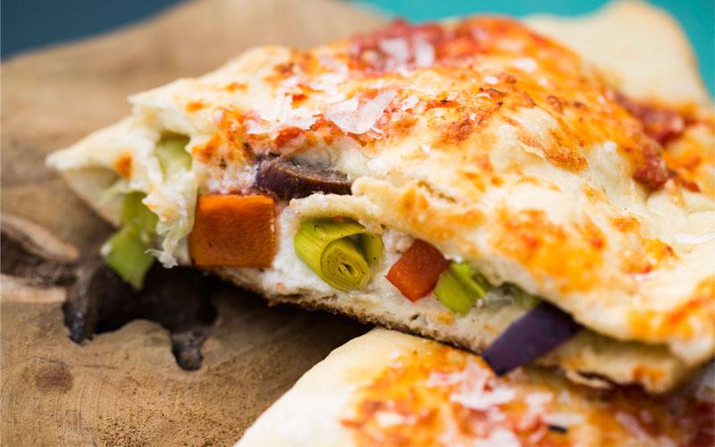Pizza calzone met prei, paprika, rode uit en rundersaucijs