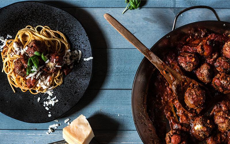 spaghetti met gevulde gehaktballetjes in tomatensaus