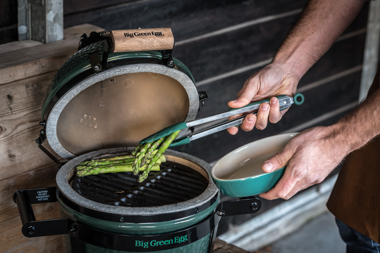 Aspreges grillen op de big green egg