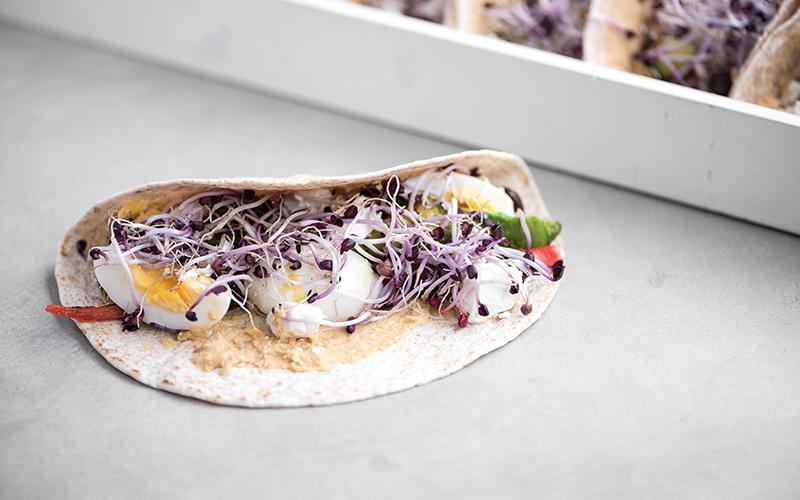 Vegetarische wraps met hummus, gegrilde groenten en avocado