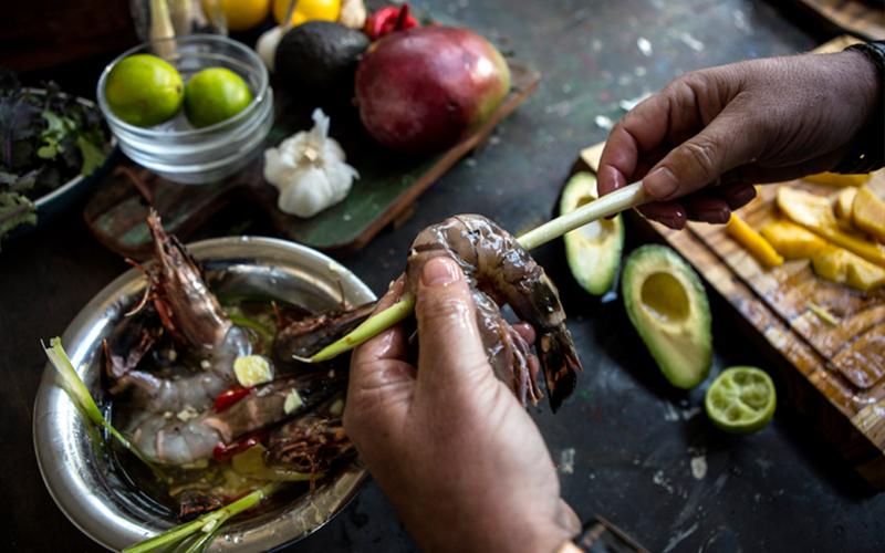 Gegrilde gamba's met mango en boerenkoolsalade