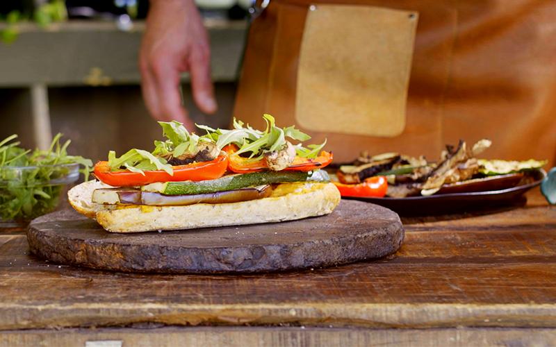 Broodje hummus en gegrilde groenten