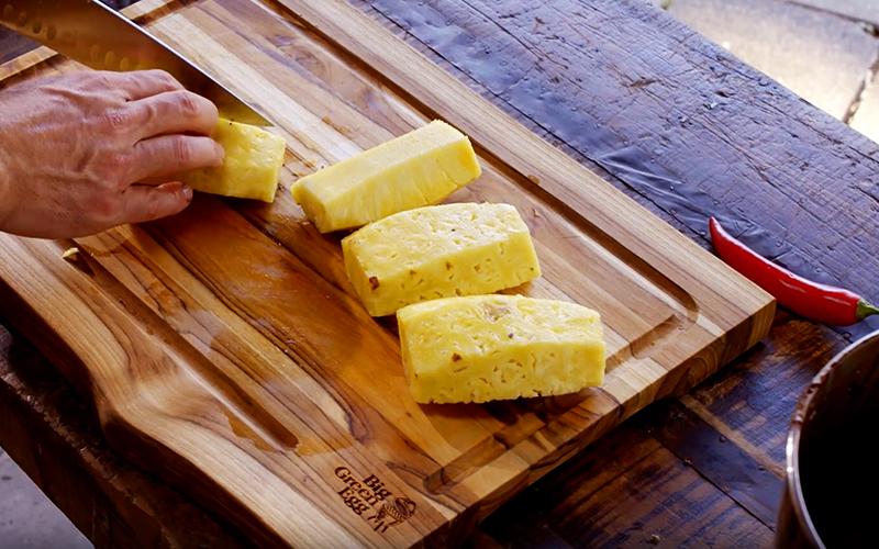 Chocoladecake met gegrilde ananas