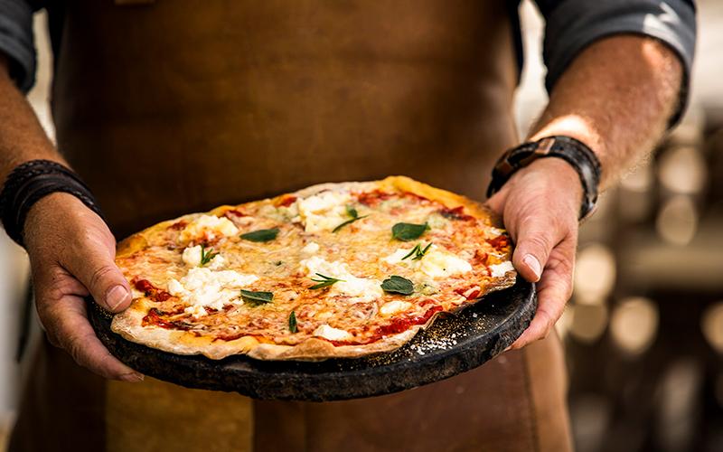 pizza bakken op een kamado