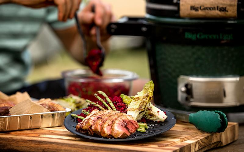 Gerookte eendenborst met Geräucherte Entenbrust mit Couscous-Salat, roten Beten und gegrilltem Gemüse