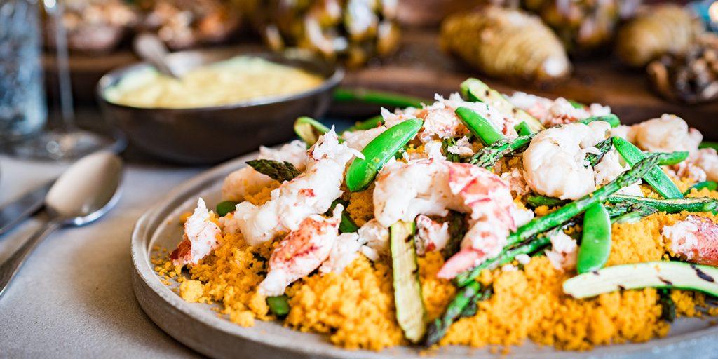 Couscoussalade met kreeft en gegrilde groenten