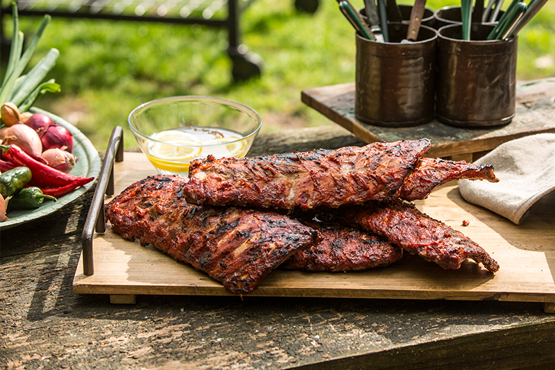 Gegrilde spareribs van de Big Green Egg