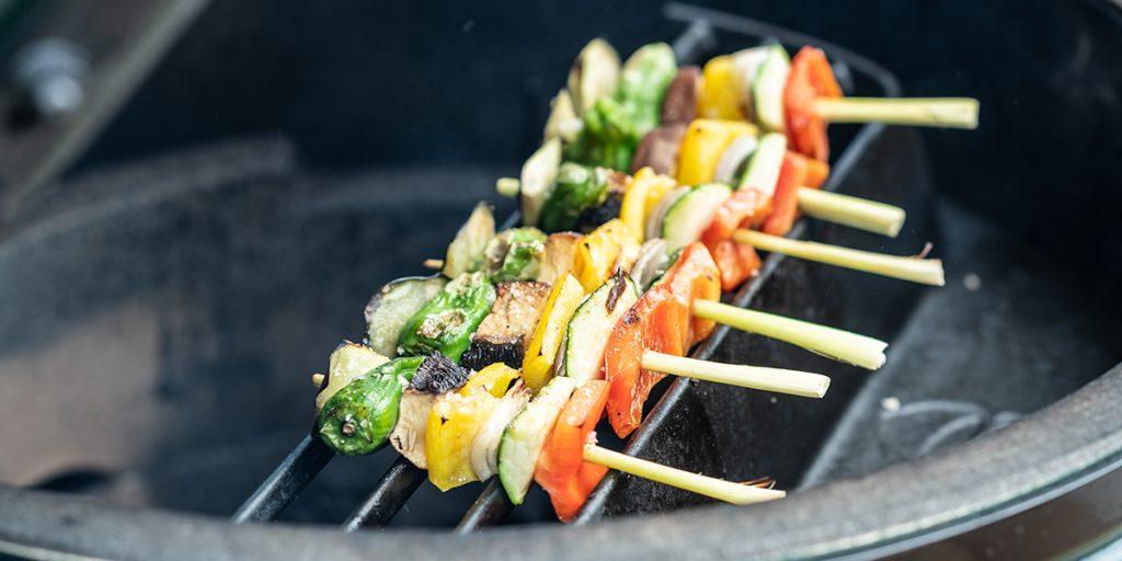 Spiedini di verdure provenzali con salsa cremosa piccante