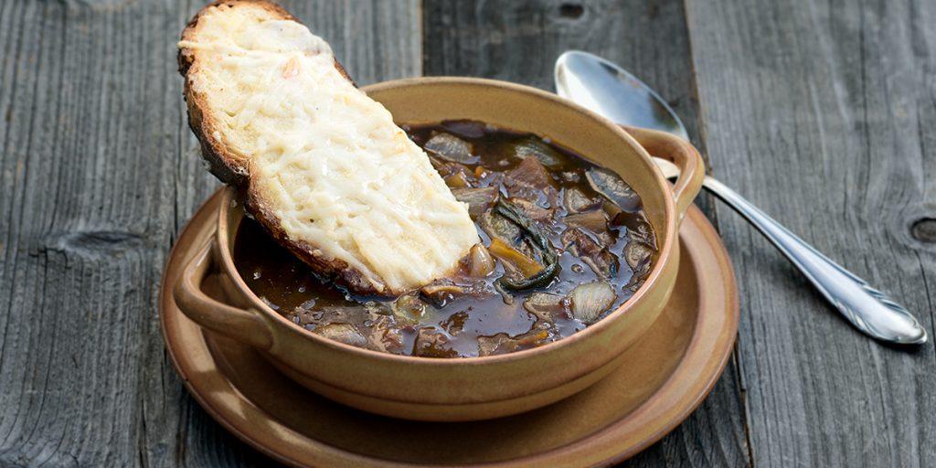 Čebulna juha z Gruyère toastom