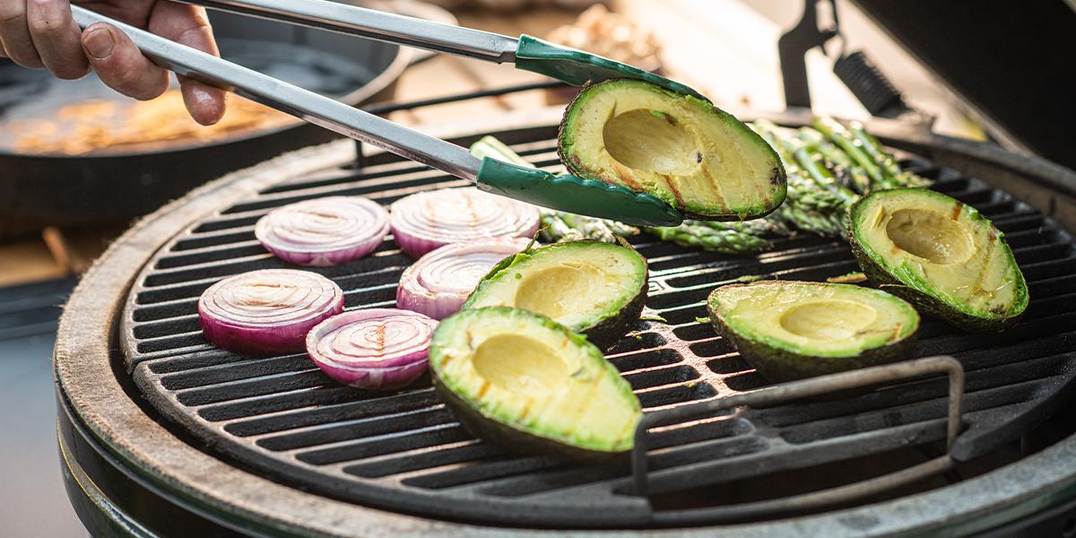 Sallad med grillad avokado och spröd falafel