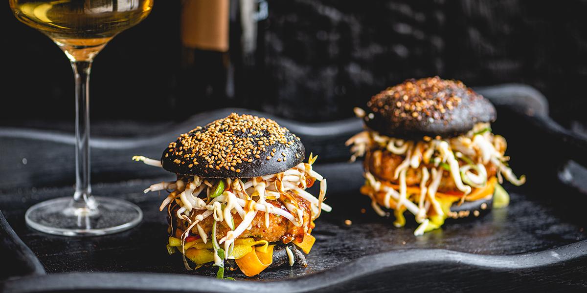 Krevetový hamburger plnený pikantnou